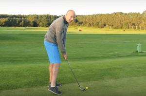 Golfschwung kurz vor Treffen