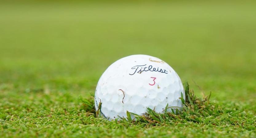 Eingebetteter Golfball
